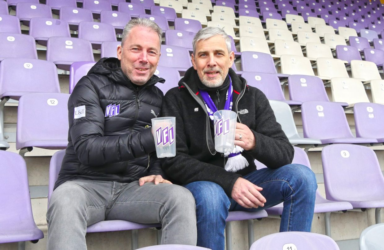 VfL-Geschäftsführer Jürgen Wehlend gemeinsam mit Fredy Engel (r.), der sich für die Einführung des Mehrwegbechers mit einer Online-Petition starkgemacht hat (Foto: VfL Osnabrück)